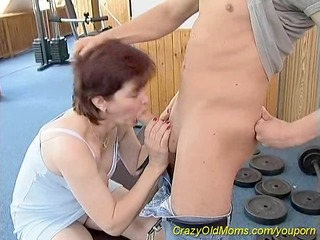 sporty mama likes sex at the gym