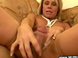 bimbo cougar is pleasing a dick