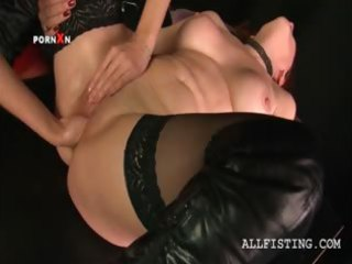 lesbo aged in nylons receives fist drilled