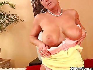 saggy granny fucks a dildo and fingers her arse